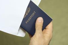 Insertion d'un passeport d'une enveloppe images stock