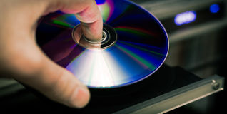 Insertion de disque de DVD Photographie stock libre de droits