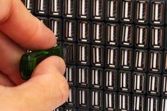 Insertion de la commande instantanée d'USB dans un des nombreux ports USB photo libre de droits