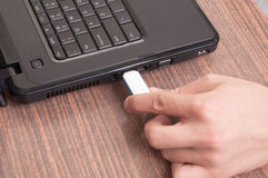 Insertion du bâton de mémoire d'usb à l'ordinateur portable Photo stock