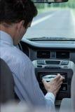 Insertion du CD dans la voiture Photo stock