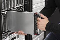 Insertion informatique d'ingénieur un serveur de lame au centre de traitement des données Images libres de droits