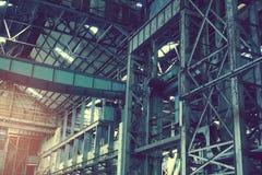 Insida av den gamla otvungenhetfabriken En strukturinre av branschlagret En gammal fabrik för otvungenhet med ingen utrustning oc Arkivfoto