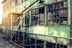 Insida av den gamla otvungenhetfabriken En strukturinre av branschlagret En gammal fabrik för otvungenhet med ingen utrustning oc Arkivbilder