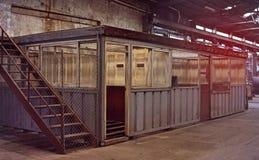 Insida av den gamla otvungenhetfabriken En strukturinre av tom ind royaltyfria foton