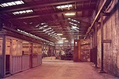 Insida av den gamla otvungenhetfabriken En strukturinre av tom ind arkivbild