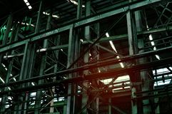 Insida av den gamla otvungenhetfabriken En strukturinre av tom ind arkivbilder