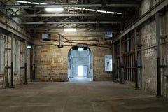 Insida av den gamla otvungenhetfabriken En strukturinre av tom ind royaltyfri bild