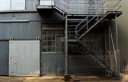 Insida av den gamla otvungenhetfabriken En strukturinre av tom ind royaltyfri fotografi