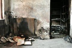 Insida av en bränd byggnad efter branden arkivbild