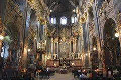 Insida av jesuitkyrkan i Lvov Arkivfoto