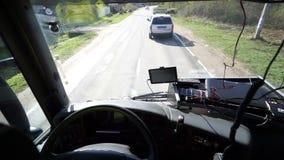 Insida av kabinsikten av den yrkesmässiga lastbilsföraren stock video