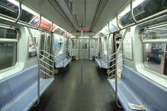 Insida av NYC-gångtunnelbilen på den åttonde avenystationen i Manhattan Arkivfoto