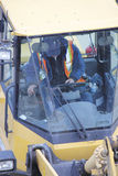 Insida en beklädaladdares Cab royaltyfri bild