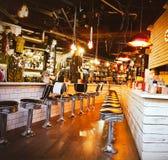 Insida för lampa för eatery för tabell för stol för stångkaféplatser tom royaltyfri fotografi