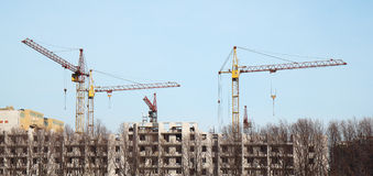 Insida förlägger för många högväxt byggnader under konstruktion och cran Royaltyfria Bilder