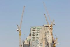Insida förlägger för många högväxt byggnader under konstruktion och cran Royaltyfri Bild
