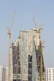 Insida förlägger för många högväxt byggnader under konstruktion och cran Arkivbilder