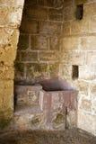 Insida nichesna av den forntida grekiska kloster Arkivfoto