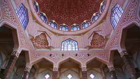 Insidan av den Putra moskén, Putrajaya, Malaysia Fotografering för Bildbyråer