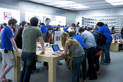 Inside The Apple Store - Fifth Avenue, NYC. Open 24 hours a day, The Fifth Avenue Apple Store in New York City never sleeps. Customers get one-to-one assistance Stock Images
