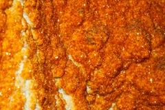 Inside część geody kopalina z pomarańczowymi kryształami Zdjęcie Stock