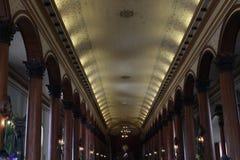 Inside kolonialny kościół z miękkim światłem fotografia stock