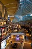 Inside luksusowy centrum handlowe w Singapur fotografia stock