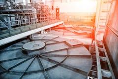 Inside nowożytny wastewater zakład przeróbki Zamknięty kanalizacyjny rezerwuar z brudną wodą zdjęcie stock