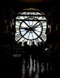 Inside orsay muzeum i tam jest zegaru dwa stojaka obok zegaru dużymi ludźmi Obraz Stock