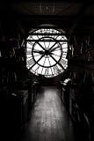 Inside orsay muzeum i tam jest zegaru dwa stojaka obok zegaru dużymi ludźmi Zdjęcie Stock
