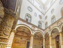 Inside podwórze Palazzo Vecchio w Florencja z kolumnami, łukami i frescoes dekorującymi, obrazy royalty free