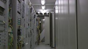 Inside telekomunikacyjny serweru pokój, chodzenie, zbliżający zbiory