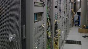 Inside telekomunikacyjny serweru pokój, przechyla up zbiory wideo