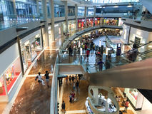 Inside widok zakupy centrum handlowe w Singapur zdjęcia royalty free