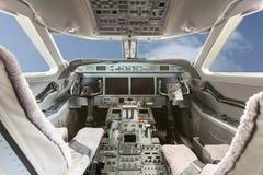 Inside widoku kokpit G550 z niebieskim niebem i chmurami Zdjęcia Royalty Free