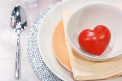 Inside wnętrze stołu położenie z pięknym talerzem serca fotografia royalty free