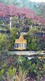 Insieme all'aperto con le colline della montagna, la pianta ed il piccolo tempio fotografie stock
