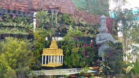 Insieme all'aperto con le colline della montagna, la pianta, il piccolo tempio e la statua fotografia stock