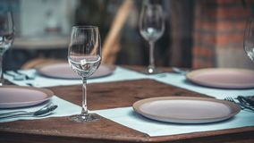 Insieme alla moda del tavolo da pranzo dell'articolo da cucina fotografia stock libera da diritti