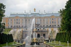 Insieme architettonico del parco di Peterhof fotografia stock libera da diritti