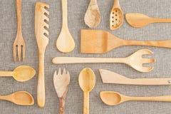 Insieme assortito degli utensili di legno della cucina Immagini Stock