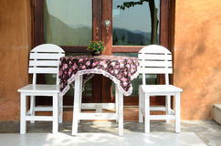 Insieme bianco della mobilia del patio Immagine Stock Libera da Diritti