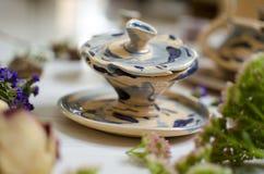 Insieme ceramico delle tazze e dei piatti Terraglie decorative sul bianco Fotografie Stock