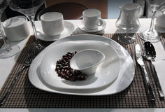 Insieme completo dei piatti bianchi Fotografia Stock Libera da Diritti