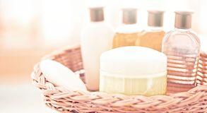 insieme cosmetico del bagno - concetto domestico di benessere e della stazione termale immagine stock