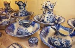 Insieme d'annata della porcellana nella raccolta d'argento imperiale al Hofburg fotografie stock libere da diritti