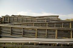 Insieme d'avvolgimento delle rampe di legno sulla spiaggia Immagini Stock Libere da Diritti