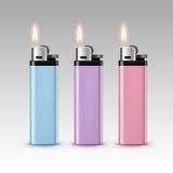 Insieme degli accendini di plastica rosa porpora blu con la fiamma Immagini Stock Libere da Diritti