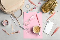 Insieme degli accessori, dei cosmetici, del caffè e del telefono cellulare fotografia stock